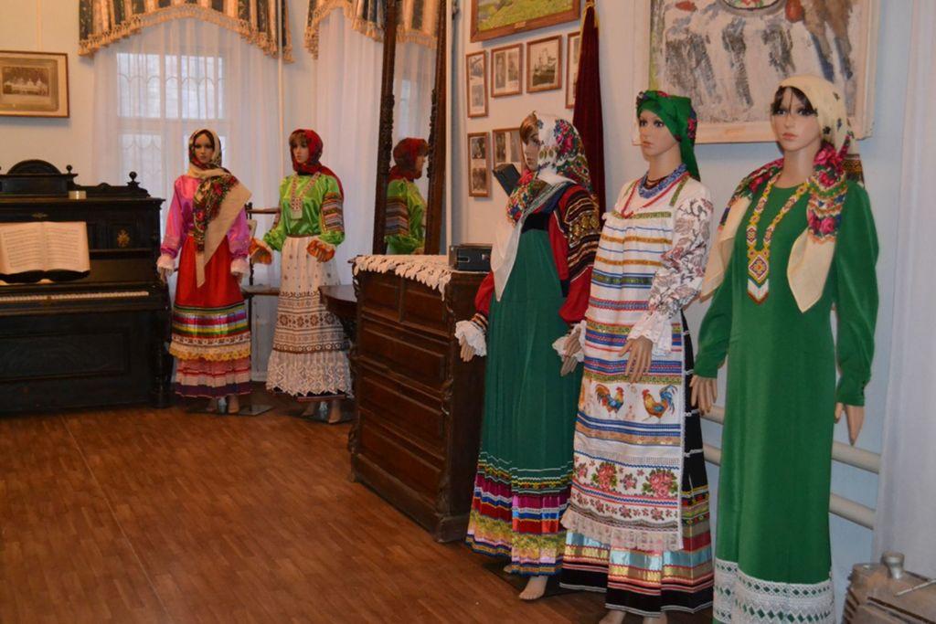 Знакомит посетителей с историей Верхнего Дона и города Задонска