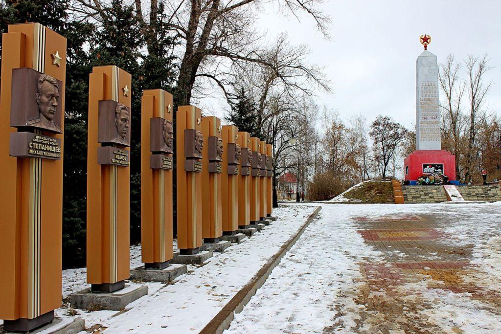 На территории расположен обелиск памяти воинам–задонцам