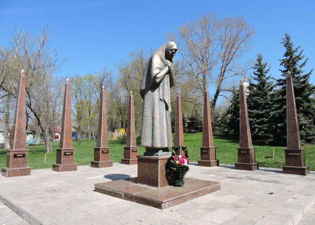 Можно увидеть мемориал Матери и её сыновьям, погибшим на фронте