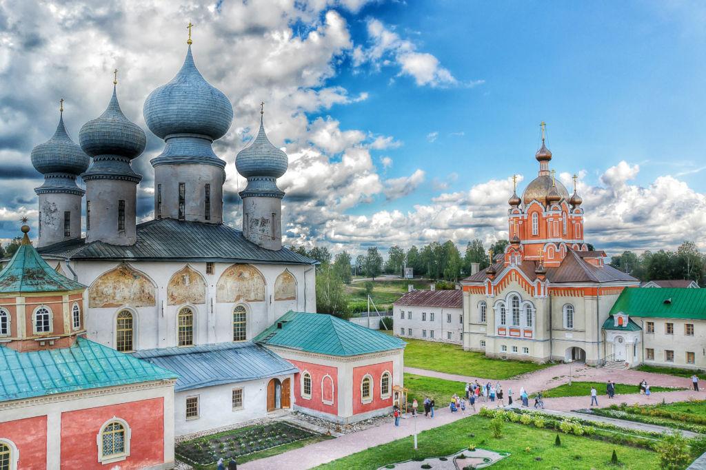 Тихвинский Богородичный Успенский монастырь бережно хранит свою историю, уходящую корнями в темное прошлое