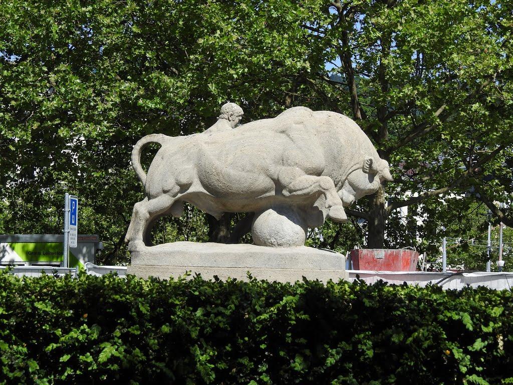 Туристов привлекают уникальные скульптуры на площади