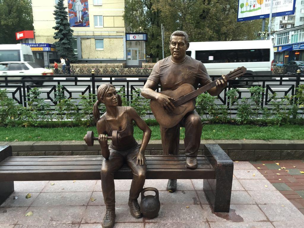 Скульптурная композиция «Ребята с нашего двора»