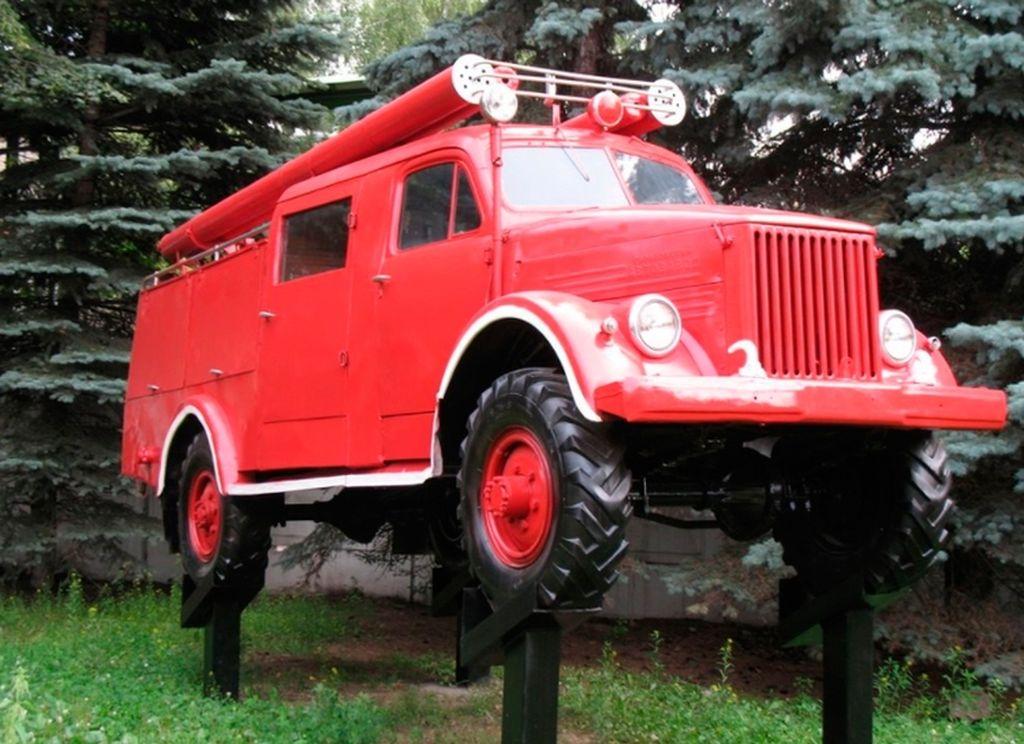Памятник пожарной машине и водокачке
